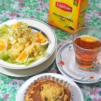 春の朝食は香り高い紅茶に、新ジャガのスパイシーミモザサラダとシナモンロール。
