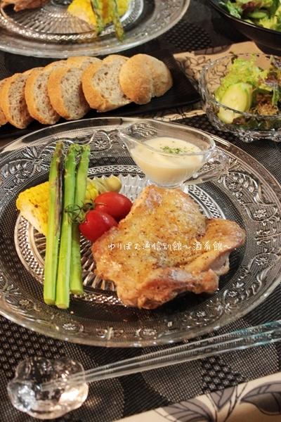 チキンガーリックステーキの塩ヨーグルトレモンソース添え。