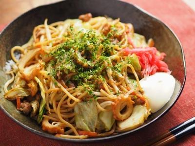 パスタ焼きそば、パスタに重曹を加えて茹でると中華麺っぽくなる。