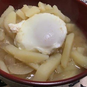 じゃがいもと玉ねぎの味噌汁たまごかけご飯