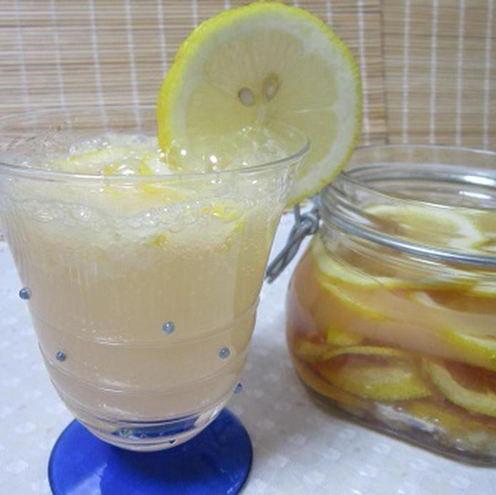 レモンを差したグラスに注いだジンジャーレモネードと保存瓶