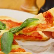 生トマトでピッツァ・マルゲリータ!オーブンで焼く本格的な味♪【農家のレシピ帳】