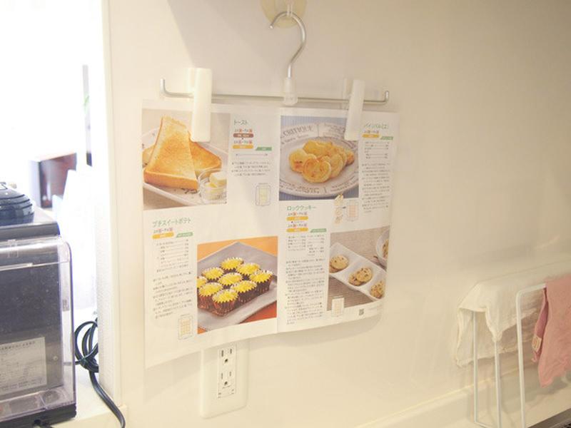 料理中、レシピ本をよく見るという方におすすめなのがこちらのアイデア!<br>壁にフック付き吸盤を付け...