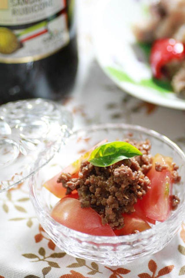 ガラスの皿に盛られた肉味噌トマト