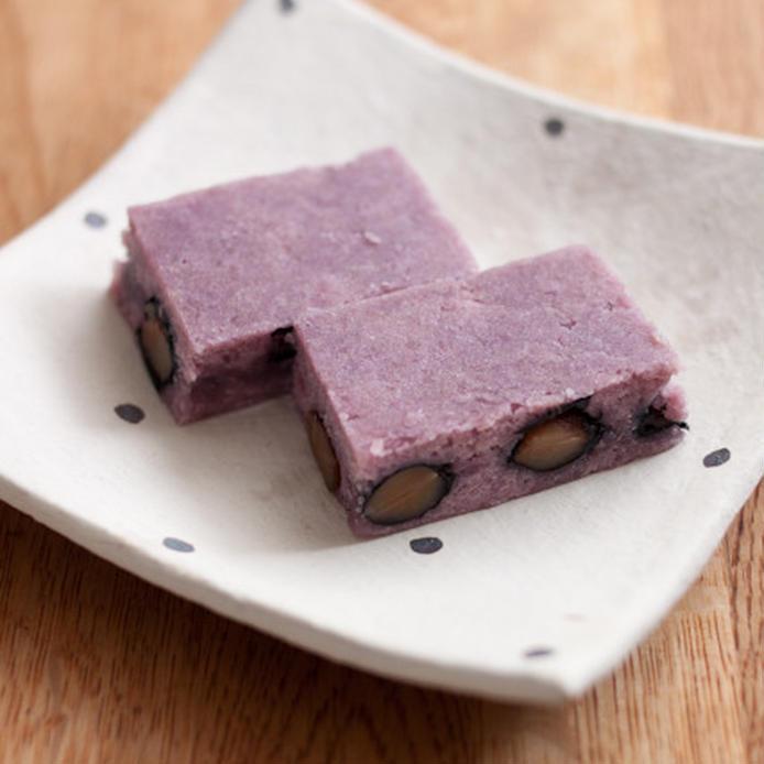 白地に黒のドットが描かれた皿に盛られた紫芋の芋ようかん