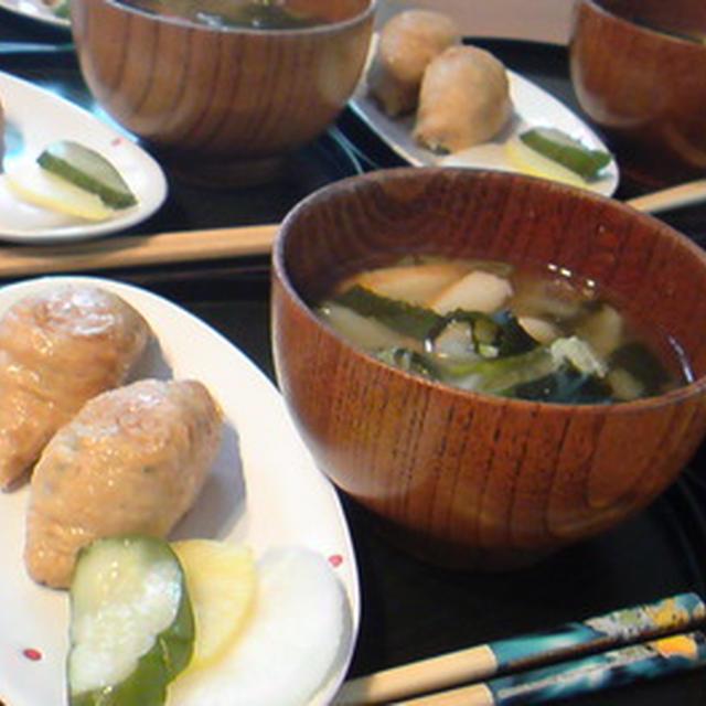 山菜いなりと具だくさん汁朝ごはん。