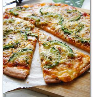 しらすとゴーヤのピザ キャラウェイ風味