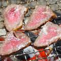 『自家製の牛たたき(交雑種)』の炭火焼