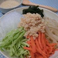 お好み野菜と鶏そぼろで♪ 冷やし中華風ごまだれサラダ
