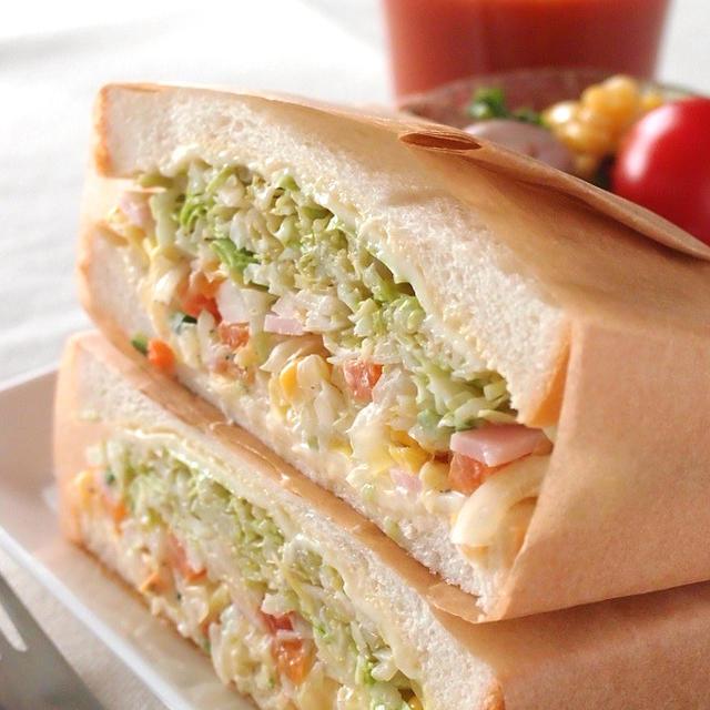 野菜たっぷりコールスローサラダのサンドイッチ
