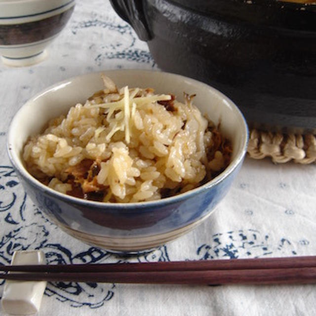 サバの味噌煮缶と舞茸の炊き込みご飯。
