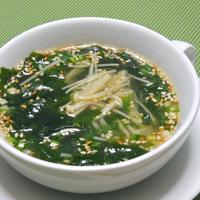 熱々ピリ辛!わかめスープちょいたしアレンジ〜レンジで簡単ごま香るわかめとえのきのスープ。