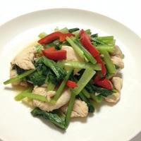 「ハウス パラッと旨炒めペースト」を使った、鶏肉と小松菜の炒め物