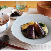 お赤飯と野菜の焼き浸しで疲れた日の遅めのランチ。