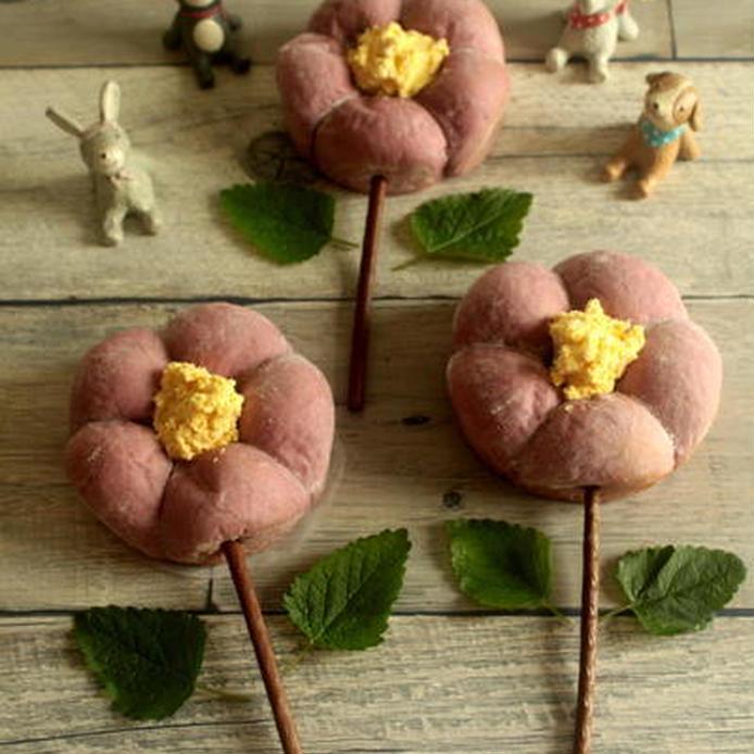 花形にデザインされた紫芋のちぎりあんパン
