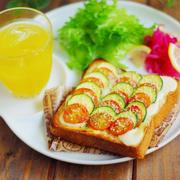 とろけるモッツァレラとトマト&ズッキーニの朝ベジトースト
