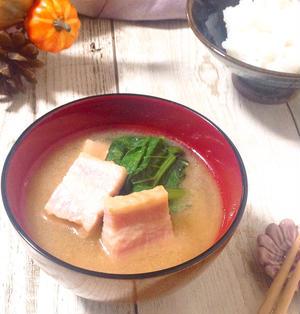 管理栄養士のお野菜レシピ♪小松菜とベーコンのほっこりみそ汁レシピ