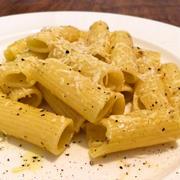 チーズと黒胡椒のシンプルなパスタ「カチョエぺぺ・リガトーニ」