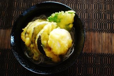 なすとポーチドエッグの天ぷらそば