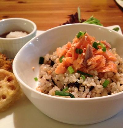 ひじき&梅干しin玄米ごはん☆ゆで鮭のせ