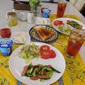 キュウリとウインナのソテー&レタスとりんごのサラダ