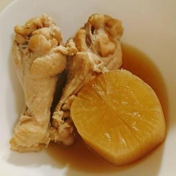 手羽元と大根の煮物、きくらげ入りのニラ玉炒め。