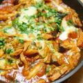 【レシピ】野菜を炒めてトマトで煮こむだけ。チーズかけベーコンとキャベツのトマト煮。ホールトマト缶は便利