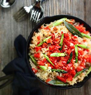トマトとアスパラガスのスキレットご飯