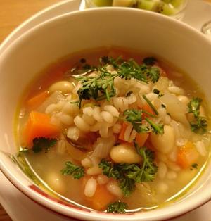 玉ねぎとセロリを香ばしく炒めたもち麦のスープ
