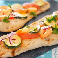 おうちでナンスタイル♪ズッキーニと海老のケチャマヨ炒めナンピザ