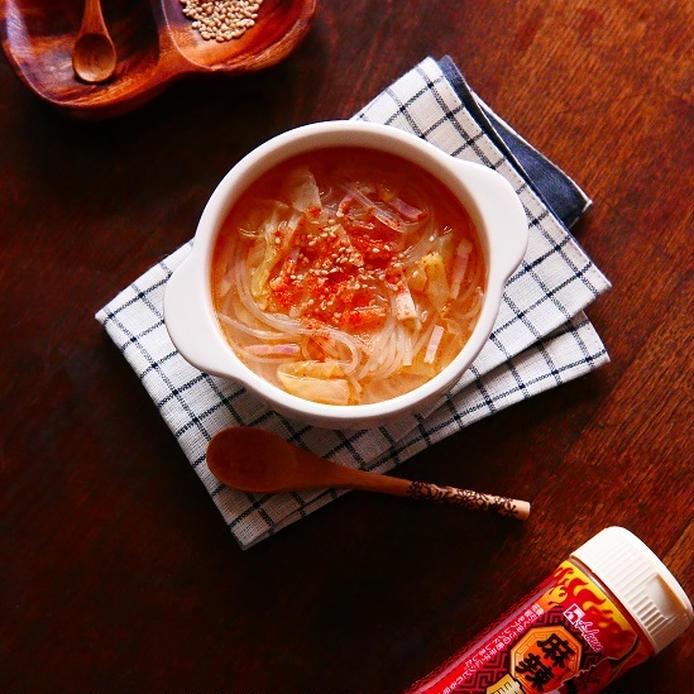 白いココット皿につがれたベーコンとキャベツの中華風春雨スープ