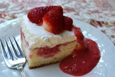 ストロベリーポークケーキ Strawberry Poke Cake