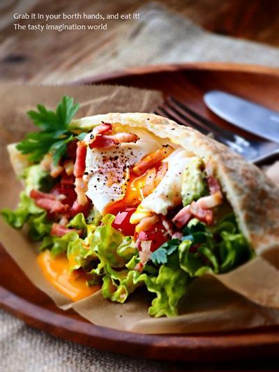 アボカドヨーグルトサラダとポーチドエッグのピタサンド