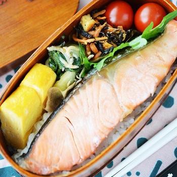 「焼き鮭&青梗菜とじゃこの生姜醤油炒めの弁当」(=地味地味弁当w)
