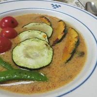 レトルトカレー1箱で2人分☆ 焼き野菜のせ豆乳スープカレー