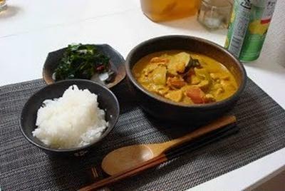 茄子と鶏肉のトマトカレー煮とこんにゃくと海藻のサラダ(Tomato Curry with Eggplant and Chicken, and Seaweed Salad)