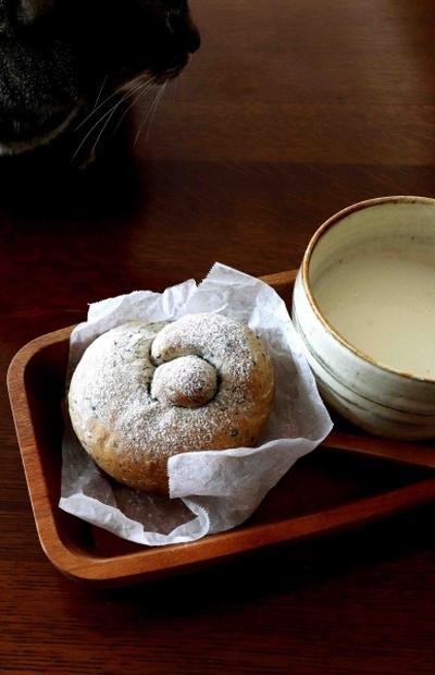 胡麻パンとスープ・・にゃ♪