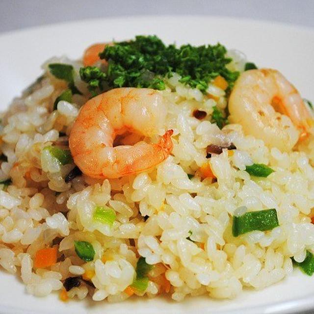 ぷりっぷりのえび、パラッとした米、風味豊かなバターの香りが絶妙♪炊飯器de簡単おいしいえびピラフ