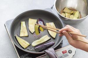 2、フライパンにごま油大さじ2をひいて中火で熱し、1を並べる。ときどき上下を返しながら焼く。