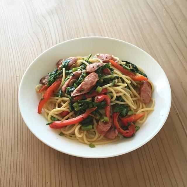 春菊、ソーセージ、パプリカのスパゲッティー