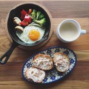 11/17の朝ごはん。調理時間10分。アップル&シナモントーストとスキレット目玉焼き