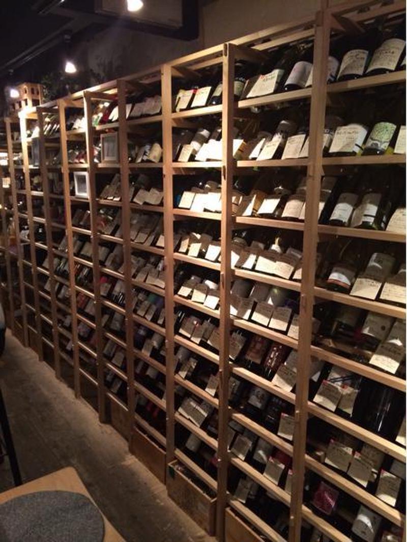 お店に入ってすぐ、ずらりと並ぶワイン棚は壮観!<br><br>200種以上の国産ワインに加えて、日本...