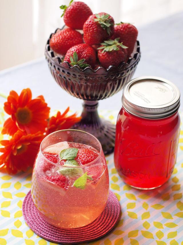いちごシロップといちごの飲み物