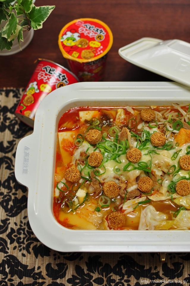 白い鍋に入ったラーメン丸のチーズキムチ鍋