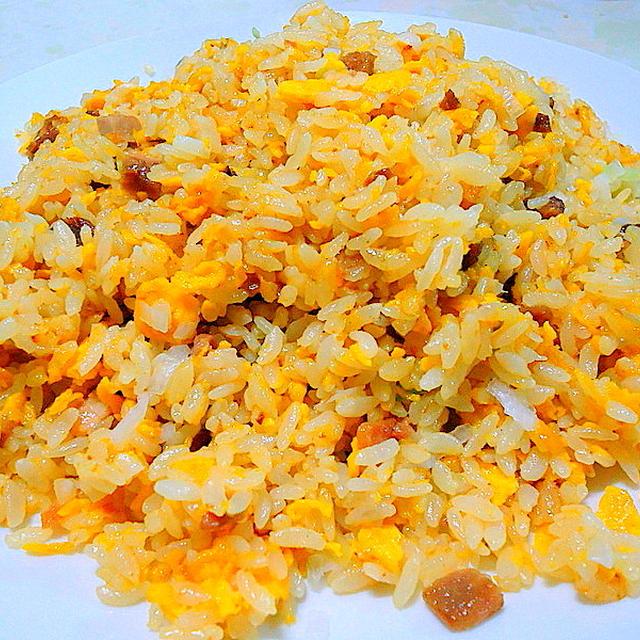 """卵と金華ハムで作る、ちょっと贅沢な """" 炒飯 """""""