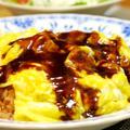 今日の晩御飯/炊飯器で作るチキンピラフに、ふわふわとろとろ卵を乗せた「簡単オムライス」と、「オニオントマトサラダ」