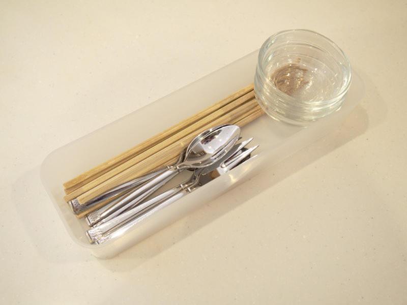 ご飯を食べるとき、箸やフォーク、小皿など使いますよね?その都度取りに行くなら、あらかじめセットにして...
