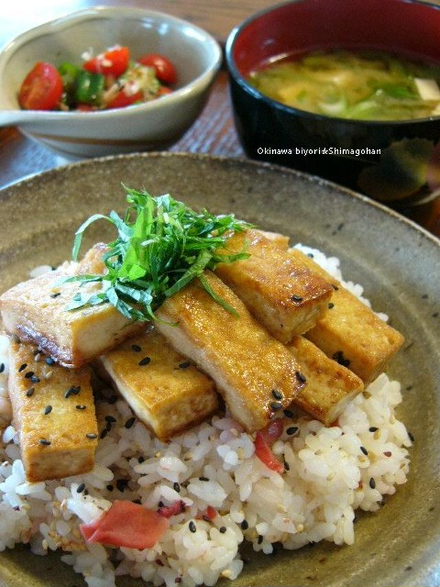 和食器に盛られた梅ご飯で豆腐の照り焼き丼
