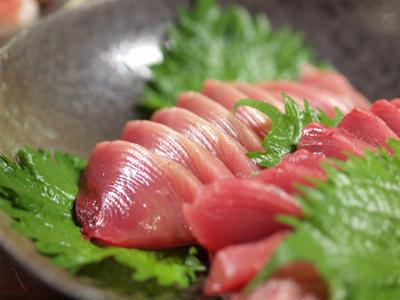 鰹の刺身とにぎり寿司、血合いのユッケ風