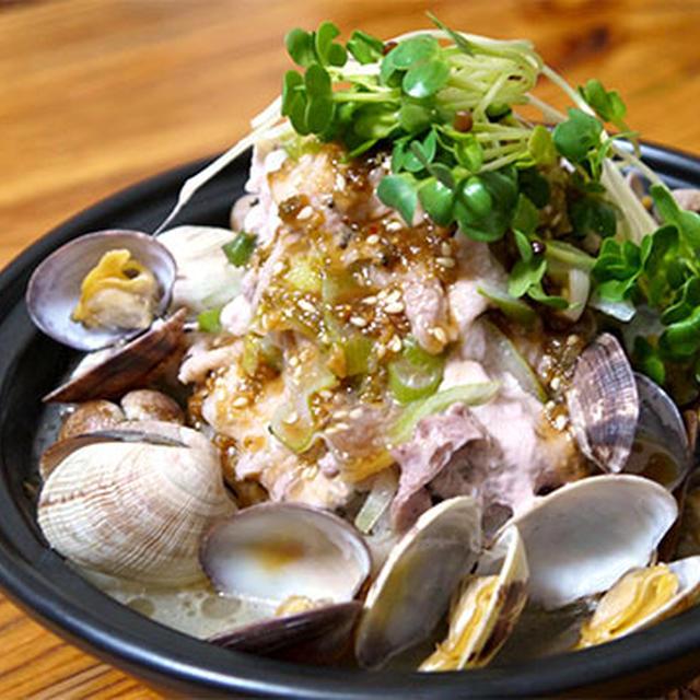 「豚バラとアサリのネギ蒸し鍋」はタジン鍋にぴったりだ!